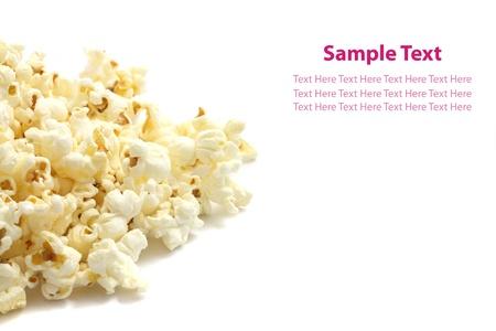 popcorn: Un mucchio di popcorn salati isolato su sfondo bianco.