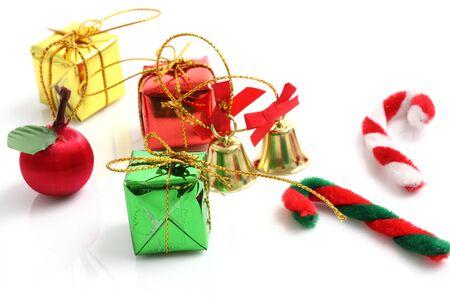 unexpectedness: Navidad caja de regalo de campana de juguete dulces aisladas sobre fondo blanco