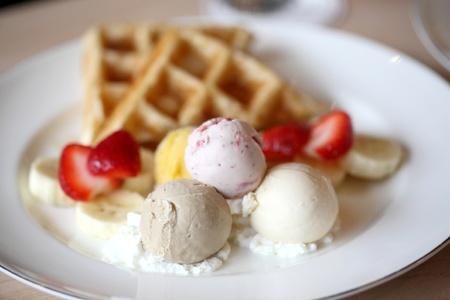 Waffles con frutas y helados