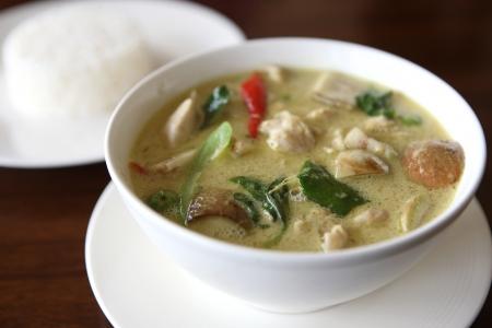 sopa de pollo: Comida tailandesa, verde de curry con arroz  Foto de archivo