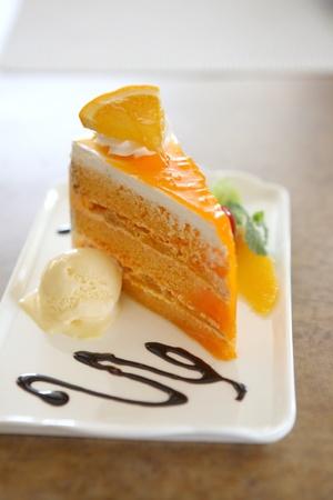 gato naranja: Naranja pastel en el fondo de madera Foto de archivo