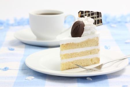 afternoon cafe: Pastel con caf� aislados en fondo blanco Foto de archivo