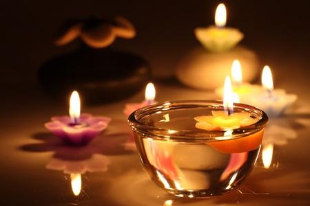 흰색 배경에 고립 된 꽃의 촛불