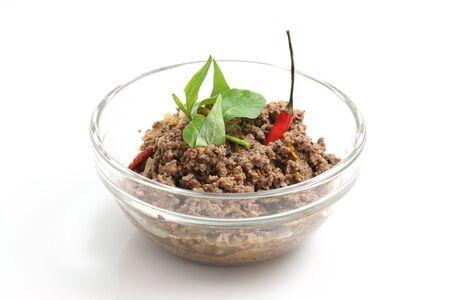 carne picada: Comida tailandesa carne picada con verduras y chile aislados en fondo blanco