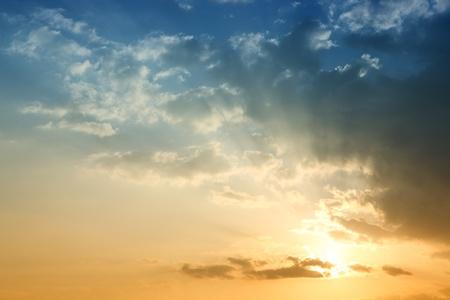 puesta de sol: Cielo azul en el atardecer