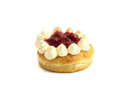 Donut mit Kirschmarmelade isoliert auf weißem Hintergrund Standard-Bild
