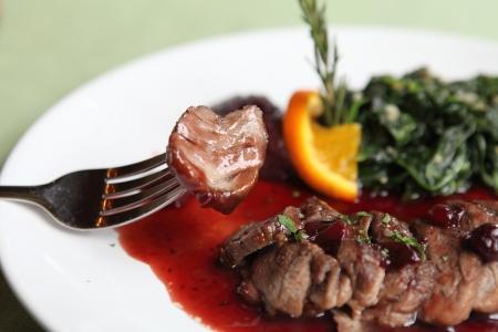 brasserie restaurant: Confit de canard, canard r�ti avec sauce aux bleuets Banque d'images
