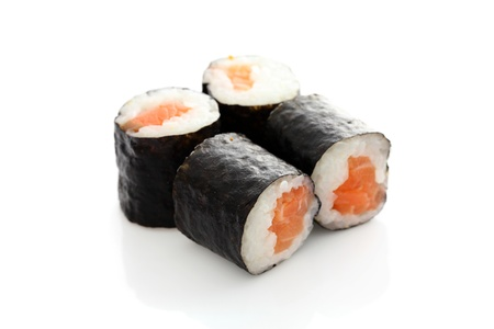 Maki Rolls geïsoleerd in witte achtergrond