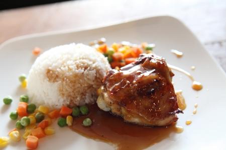 Gegrilde kip teriyaki rijst op hout achtergrond