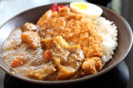 Curry rijst met gebakken varkensvlees