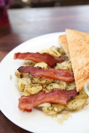 hash browns: El desayuno de tocino, tostadas y croquetas de patata. Foto de archivo