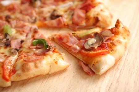 ピザ ハムと白い背景で隔離のキノコ