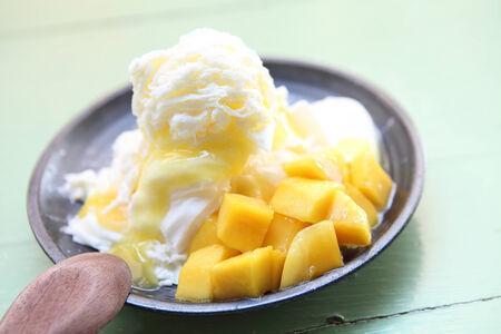 Geschoren ijs dessert met verse mango