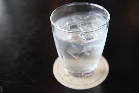 Wasser im Glas in Holz Hintergrund