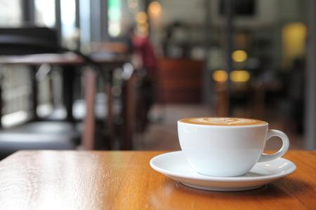 ウッドの背景の上にコーヒー