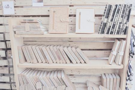 wood shelf: el estante de madera con el libro