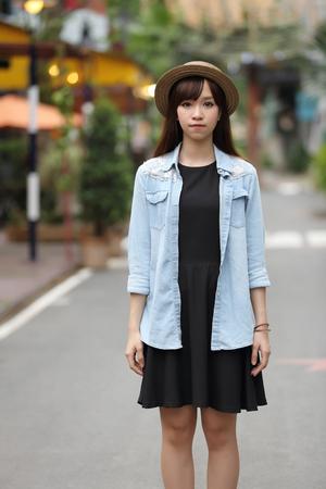 caras felices: Chica asiática en la naturaleza Foto de archivo