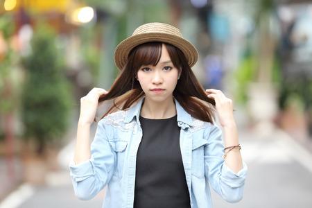 自然の中のアジアの女の子