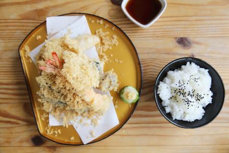 japones bambu: Tempura con arroz establece comida japonesa sobre fondo de madera Foto de archivo