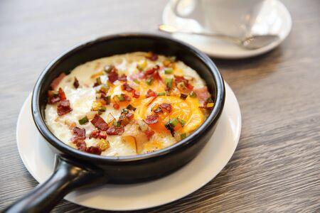 colazione: Brealfast roba uovo fritto con padella calda con il caff� Archivio Fotografico