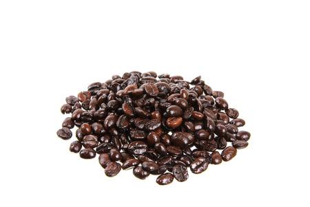 cafe colombiano: granos de caf� aislados en fondo blanco