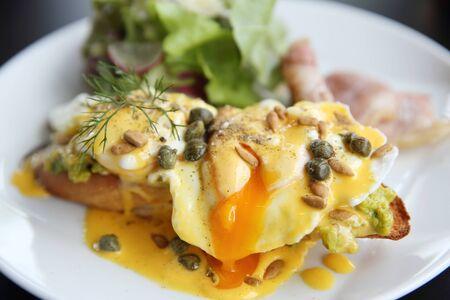 cebollines: Huevos Benedict inglés tostado magdalenas, bacon, huevos escalfados