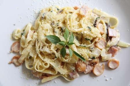 pancetta cubetti: Pasta alla carbonara cibo italiano