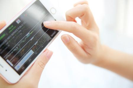 de handel online op smartphone met het bedrijfsleven vrouw de hand