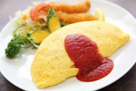 揚げ米と海老天ぷら日本料理オムライス 写真素材