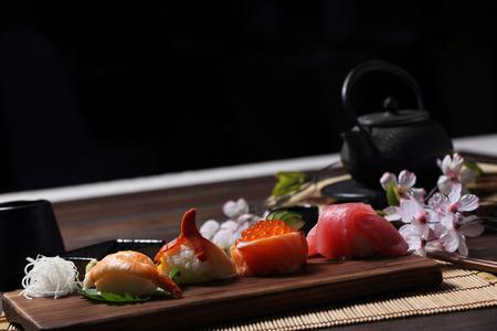 寿司セット刺身、寿司ロール茶とウッドの背景に