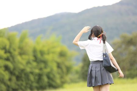 Scuola giapponese in campagna con erba di montagna e albero