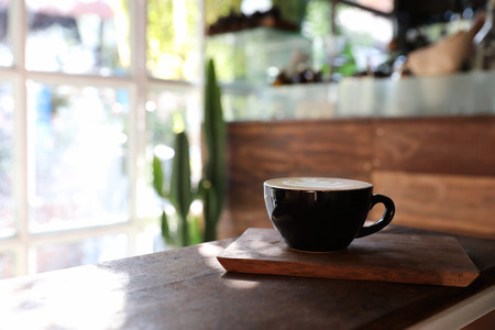 Cappuccinokoffiepauze op houten achtergrond