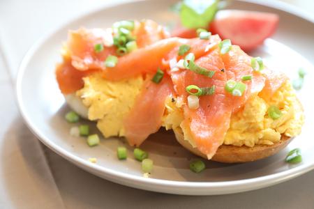 トーストにスモークサーモンのスクランブルエッグ、朝食の食べ物