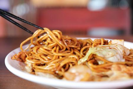 Yakisoba, noodle fritti in stile giapponese Archivio Fotografico