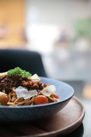 Spaghetti Bolognese mit Rinderhackfleisch und Tomatensauce, garniert mit Parmesan und Basilikum, italienisches Essen