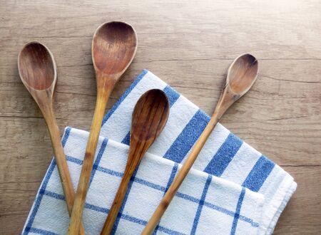 Ensemble de cuillères et torchons de cuisine en bois sur la table de cuisine vintage
