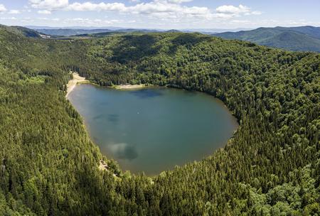 Luchtmening van Saint Anne Lake in Roemenië Stockfoto - 83630231