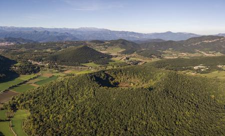 Widok z lotu ptaka na park przyrody Garrotxa Volcanic Zone i wulkan Santa Margarida na pierwszym planie
