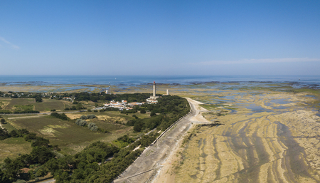 Aerial view of Baleines lighthouse at low tide 스톡 콘텐츠
