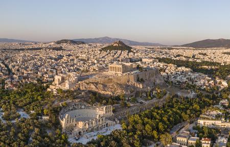 Luftaufnahme von Athen bei Sonnenuntergang mit der Akropolis im Vordergrund