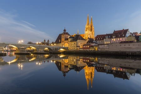 Evening view of the Stone Bridge, St. Peters Church and the Old Town of Regensburg Stock fotó