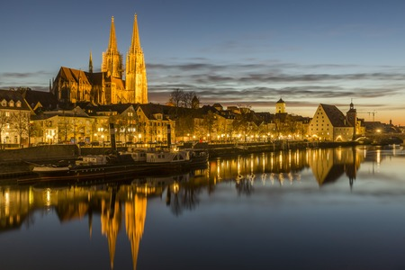 Evening view of the Stone Bridge, St. Peters Church and the Old Town of Regensburg 스톡 콘텐츠