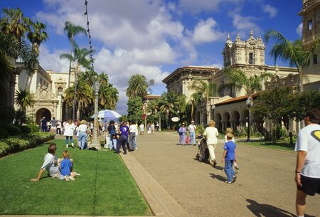 View of El Prado walkway in San Diegos Balboa Park. 新聞圖片