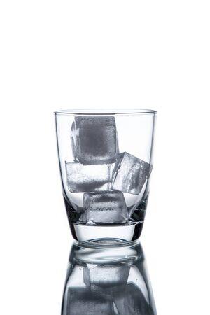 tomando agua: El agua potable se vierte en un vaso