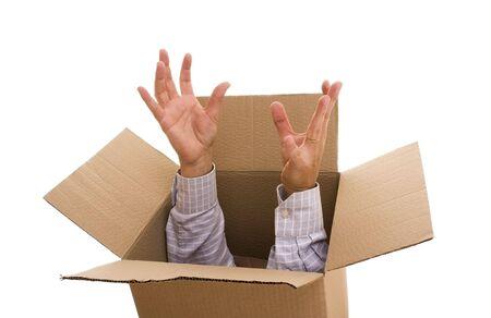 Un uomo d'affari all'interno di una scatola di cartone Archivio Fotografico