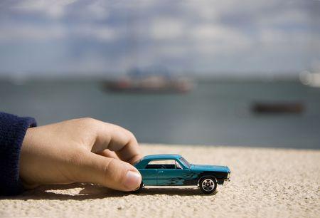 Close-up van een kind de hand spelen met klassieke auto's