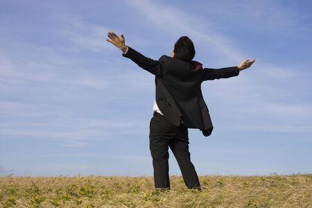 male arm: Un negocio exitoso hombre con el brazo extendido en un campo Foto de archivo