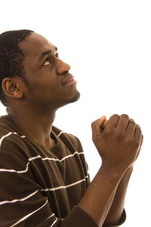 hombre orando: �frica joven rezando aislados en blanco Foto de archivo