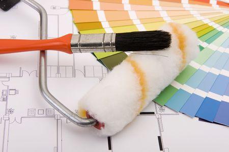 peintre en b�timent: Couleur �chantillons � des fins de s�lection et un rouleau et le pinceau des peintres avec Plan de maison sur fond