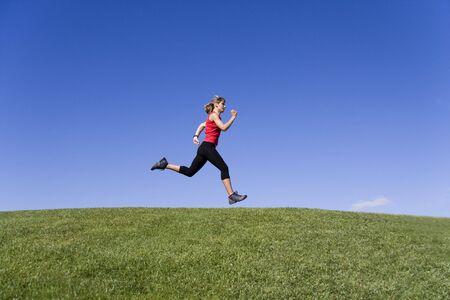 hacer footing: Lepilemur las mujeres j�venes que se ejecutan en la naturaleza